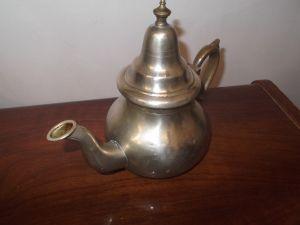 Стар,  изящен ,бакърен   чайник -неизвестен произход