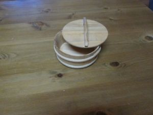 дървена купичка за сирене с капак
