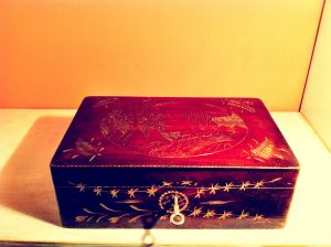 Антична дървена кутия за бижута