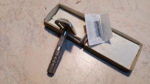 Стара метална самобръсначка в оригинална кутийка