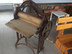Старинен уред за изцеждане на пране с дървени валяци