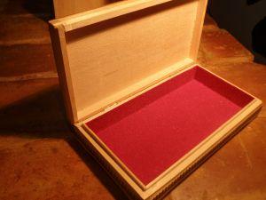 кутия за бижута с плюшена облицовка