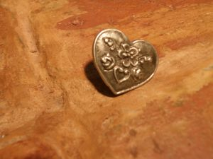 старинна метална брошка